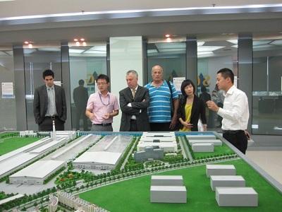 אילן אהרון )שלישי מימין( והקונסול הכללי בסין מר אבי ניר )רביעי מימין( בביקור במפעל CSG