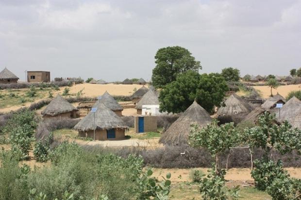 כפר בפקיסטן שחובר לחשמל בעזרת פאנלים סולאריים