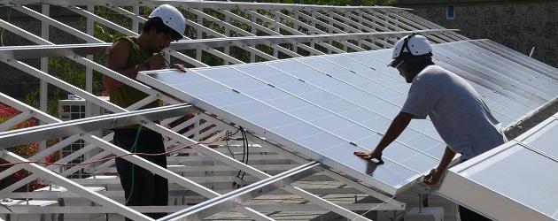 התקנת מערכת סולארית על גג בית ספר בירושלים  - צילום: ענבר