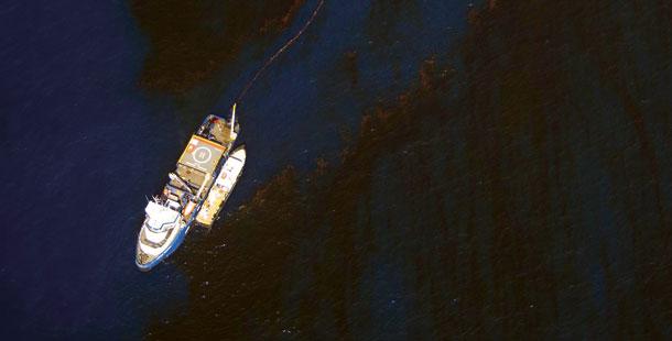 נסיון לעצירת התפשטות כתם הנפט במפרץ מקסיקו -  צילום: דניאל בלטרה, באדיבות גרינפיס
