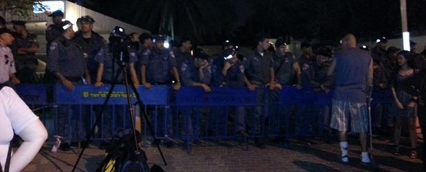 הפגנה נגד יצוא הגז מול ביתו של יאיר לפיד. צילום: נתי גרנץ