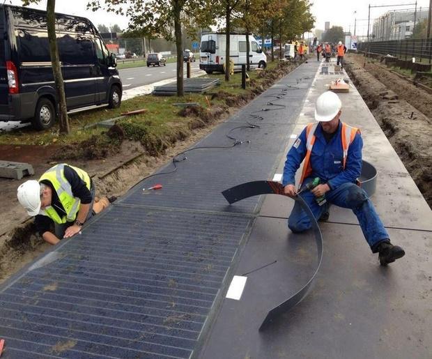 מרכיבים את הנתיב הסולארי, הולנד. SolarRoad