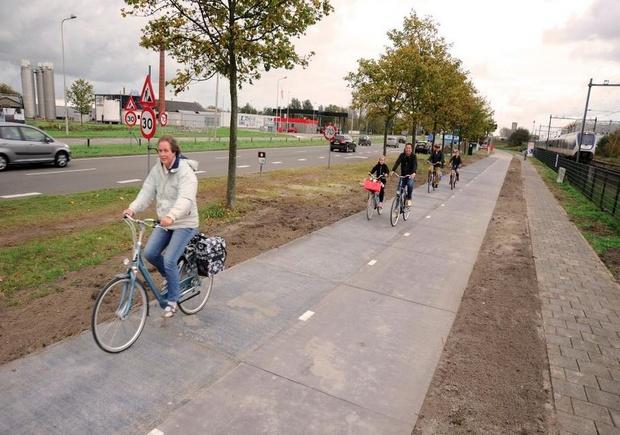 רוכבי אופניים על הנתיב הסולארי, הולנד. SolarRoad