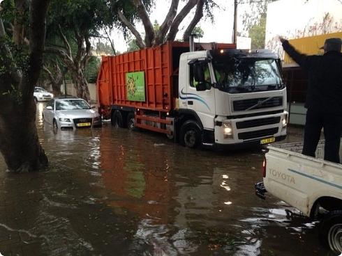 הצפה ברחוב הנשיא בהרצליה בסופה, חילוץ של גבר בן 70. צילום: דוברות עיריית הרצליה