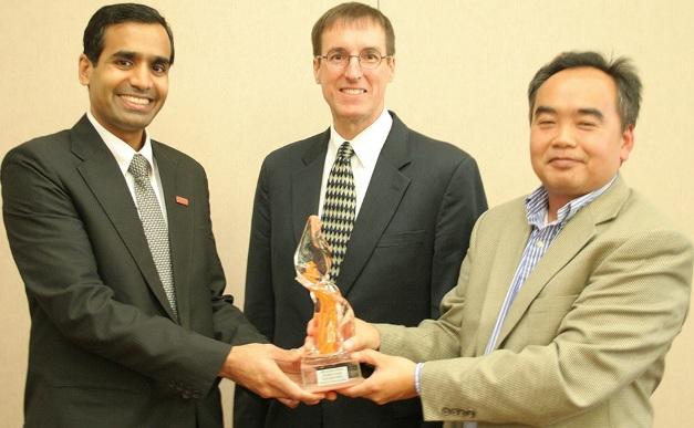 אנופם שארמה והוי הו מקבלים את הפרס על אנרגיית הרוח החדשנית שזיכה אותם במענק של 330 אלף דולר