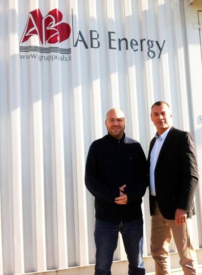 """בתמונה מימין: דניאל שאף, מנכ""""ל חברת AB Energy Israel ויואב הולצר, הבעלים של קבוצת ישה הנדסה. תצלום: יח""""צ"""