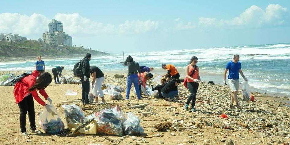 אירוע ניקיון חופים ביפו של עמותת OneDay Social Volunteering לכבוד יום כדור הארץ הבינלאומי. צילום: עמוד הפייסבוק של OneDay Social Volunteering