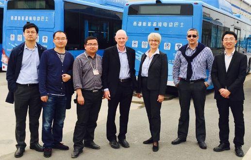ביקור במפעלי חברת BYD בננג'ינג. במרכז – אמיר זיו אב וזיוה פתיר