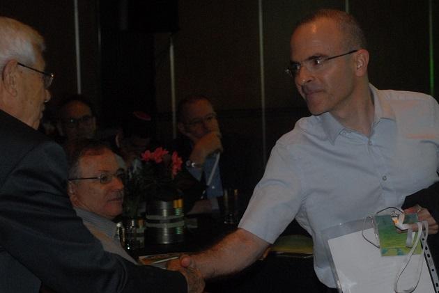 הממונה על ההיגבלים העסקיים, דיוויד גילה, נכנס לאולם הכנסים של הועידה הלאומית ה-7 לאנרגיה יום לאחר התפטרותו מתפקידו. צילום: אדיר פטל, תשתיות