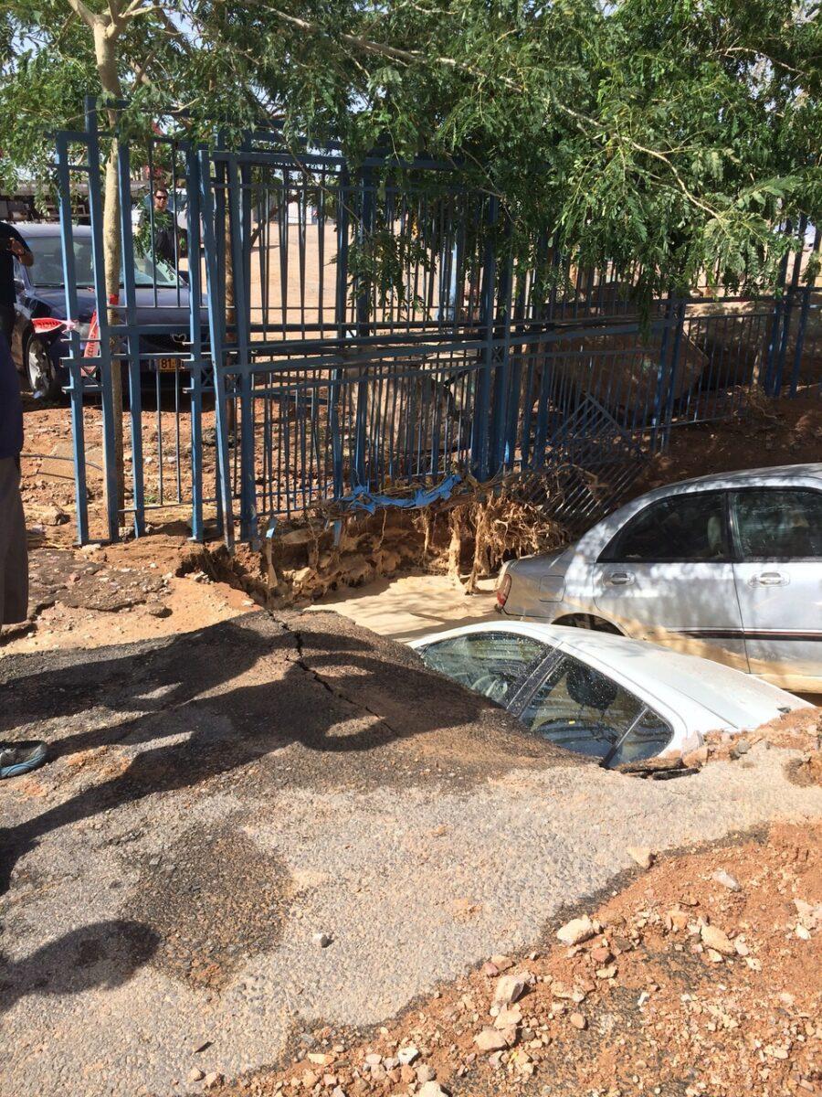 שקיעת רכבים בעקבות פיצוץ צינור מקורות באילת. קרדיט: עיריית אילת
