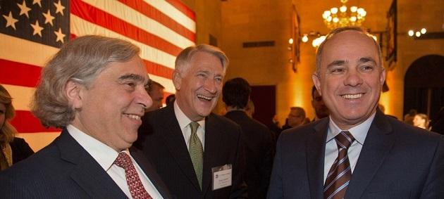 """מימין לשמאל: שר האנרגיה ד""""ר יובל שטייניץ, ראש לשכת הסחר האמריקאית תומס דונהיו, שר האנרגיה האמריקאי ד""""ר ארנסט מוניז. קרדיט צילום: דיוויד בוהרר, לשכת הסחר האמריקאית"""
