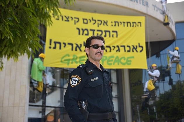 פעילי גרינפיס במחאה