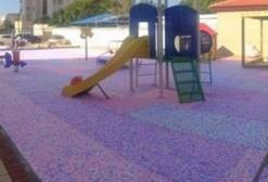 גן משחקים עם משטח הבטיחות שוקפד. קרדיט: פשוט ירוק
