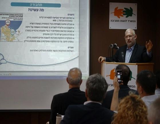 """מנכ""""ל המשרד להגנת הסביבה, ישראל דנציגר, מציג את עיקרי דוח המפרץ. צילום: ערן גילווארג"""
