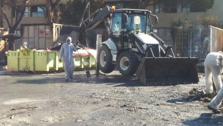 המשרד להגנת הסביבה החל באיסוף ופינוי פסולת מסוכנת מבתים שנפגעו בשריפה בחיפה