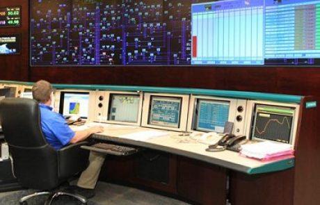 בחדר הפיקוח של חברת החשמל נערכים ליום כדור הארץ