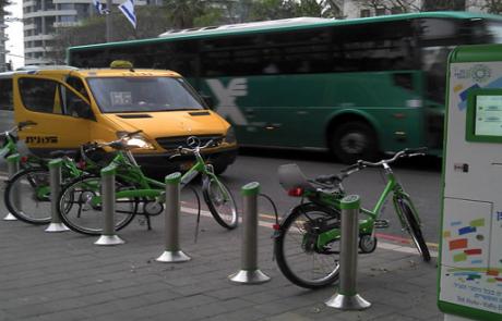 """יוזמה של עיריית ת""""א: עובדים ימשיכו לקבל תוספת עבור הוצאות רכב גם אם יגיעו לעבודה בתחבורה ציבורית או באופניים"""