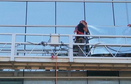 """פרויקט ציפוי חלונות בבית אבות הוביל לחיסכון של 35,000 ש""""ח בשנה"""