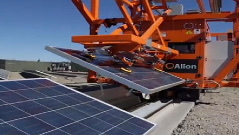 צפו: רובוטים חדשים מתקינים ומנקים פאנלים סולאריים