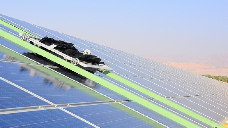 פיתוח ישראלי מהפכני: רובוט סולארי מנקה שדות PV ללא שימוש במים