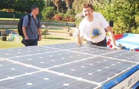 """מונית השמש הגיעה לישראל: לואיס פאלמר """"מקווה להוות השראה לשימוש באנרגיה סולארית"""""""