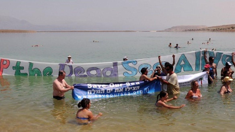 מאות הגיעו לצוף על ים המלח בקריאה להצלתו