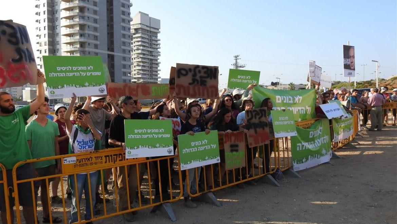 """הפגנה באשדוד של פעילים סביבתיים: """"לא בונים על הדיונה הגדולה"""""""