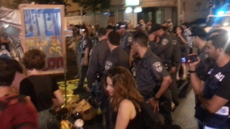 """מאות מפגינים חוסמים את התנועה במרכז ת""""א במחאה נגד ייצוא הגז"""