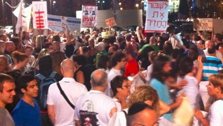 """מאות מפגינים הערב בנתניה """"תשובה חזיר, את הגז תחזיר"""""""