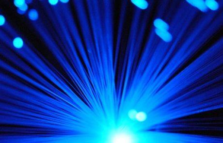 """ראש הממשלה """"תשתית הסיבים האופטיים של חברת החשמל תאפשר גלישה במהירות של 100 מגהבייט""""."""