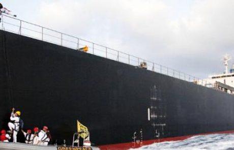 פעילי גרינפיס טיפסו על ספינת פחם בלב ים במחאה נגד תחנת הכוח הפחמית באשקלון ונעצרו