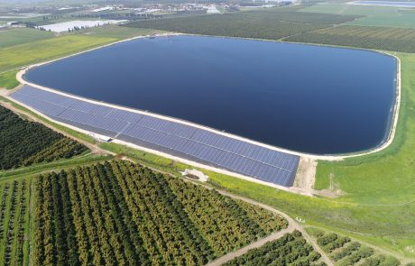 שר האנרגיה השיק את השדה הסולארי השני  בעולם על גדה של מאגר מים שהוקם בעמק חפר