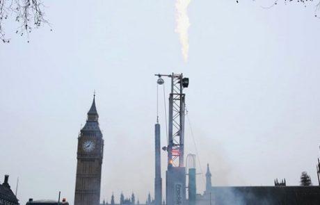 במחאה על קידוח הפראקינג: גרינפיס הציב 'אסדת קידוח' בכיכר הפרלמנט הבריטי