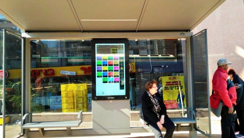 פיילוט ראשוני ברמת-השרון: תחנות אוטובוס עם מסך מגע דיגיטלי אינטראקטיבי