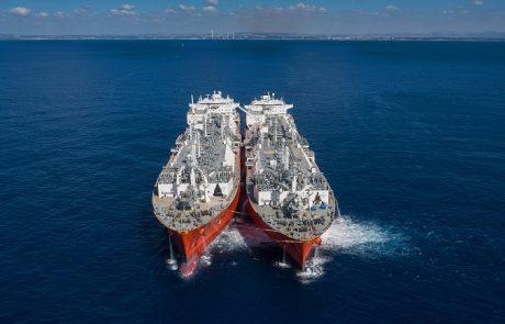 לראשונה בעולם: האנייה המגזזת של חברת החשמל הוטענה בגז טבעי נוזלי בלב ים