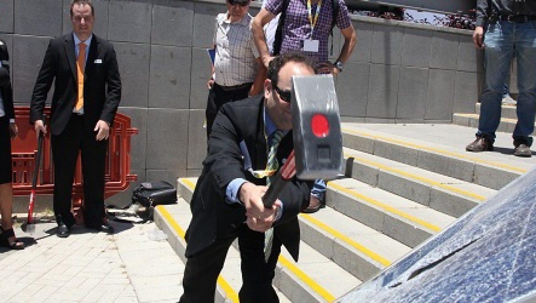 מחאה החברות הסולאריות הגיעה גם לקלינטק – פאנלים סולארים נותצו בכניסה לתערוכה