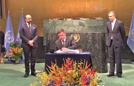 השר להגנת הסביבה חתם על הסכם פריז למאבק גלובלי בשינויי האקלים