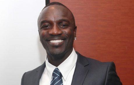 הדמות המפתיעה באנרגיה המתחדשת: אייקון מקים בית ספר סולארי באפריקה