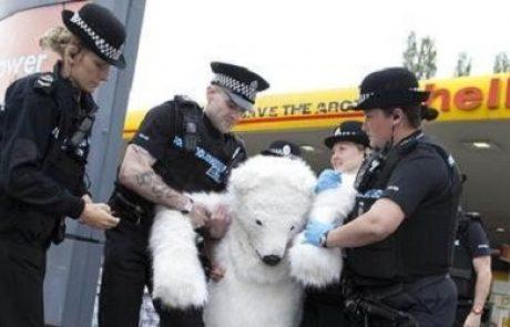 דובי הקוטב של גרינפיס השביתו 77 תחנות דלק ברחבי בריטניה