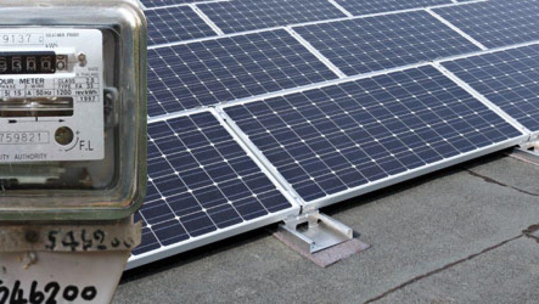 עוצרים את השעון: רשות החשמל מתכוונת להטיל מגבלות חדשות על מערכות סולאריות עסקיות