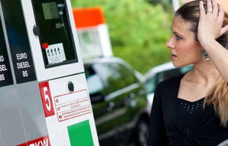 """מתנה לחג: הדלק יחצה את קו 8 הש""""ח לליטר"""