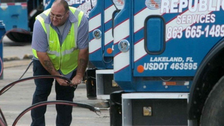 משאיות הזבל באמריקה עוברות לנסוע על גז טבעי