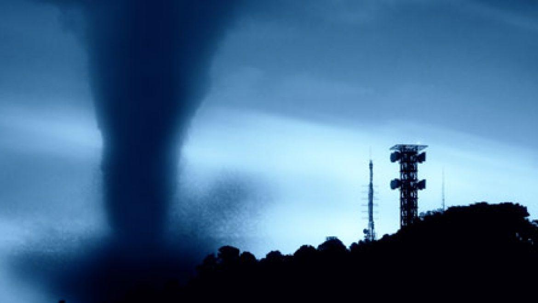 """סופת """"אייזיק"""" משביתה את קידוחי הגז והנפט במפרץ מקסיקו"""