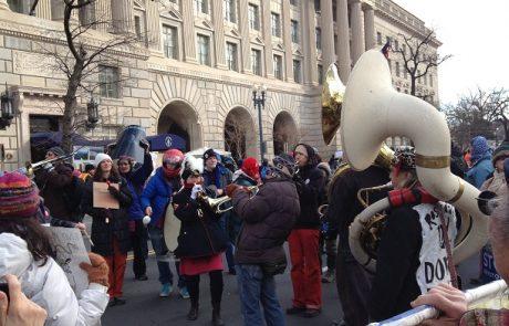 """עשרות אלפי אמריקאים הפגינו נגד הנחת צינור הנפט בין קנדה לארה""""ב"""