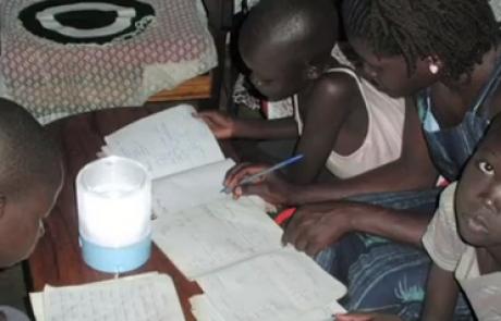 100 אלף פנסים סולאריים יאירו את הכפרים החשוכים באפריקה ואסיה