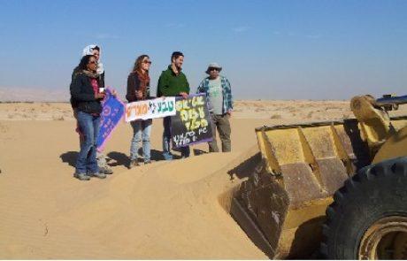 יום השני ברציפות: פעילי סביבה ותושבי הערבה עוצרים את העבודות לכריית החול בסמר בגופם